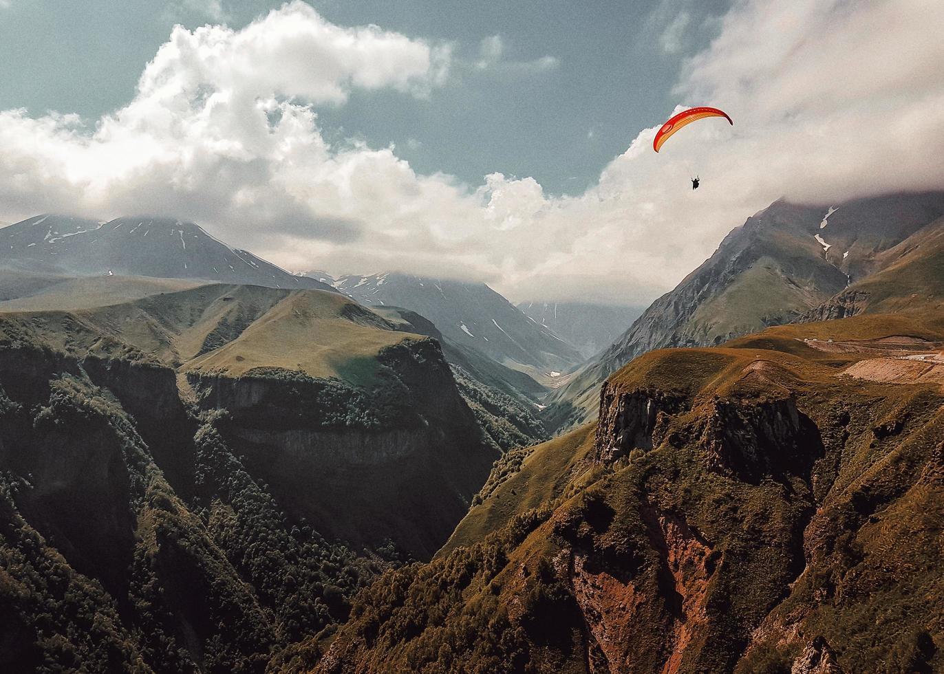 personne en parapente sur les montagnes photo
