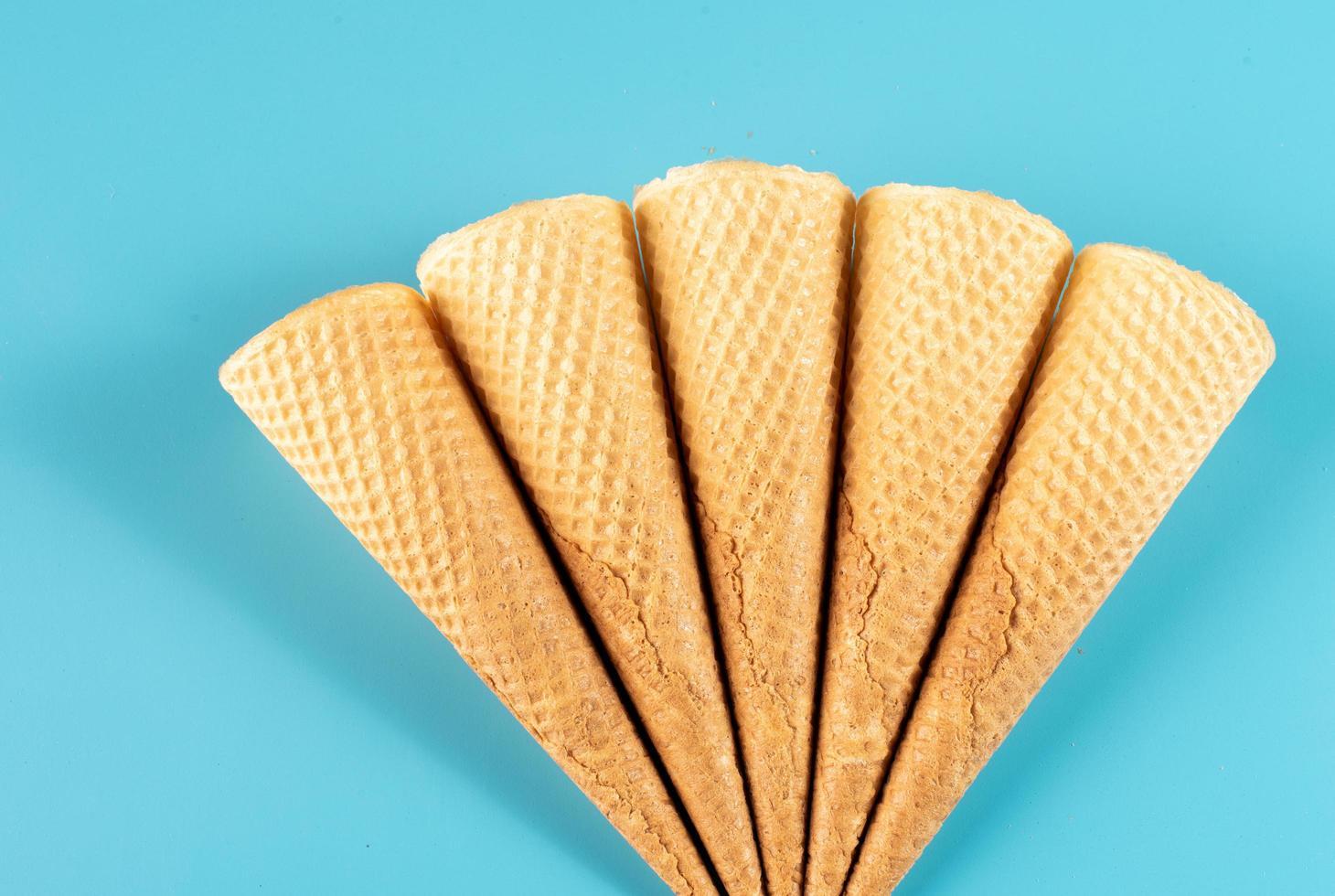 cornets de crème glacée sur fond bleu photo