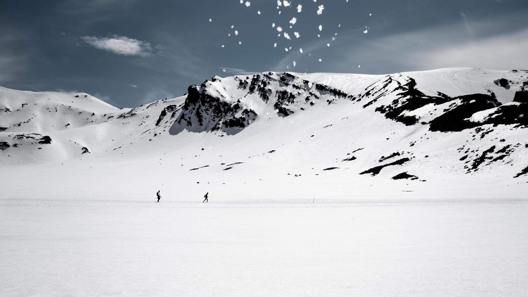 collines couvertes de neige pendant la journée photo