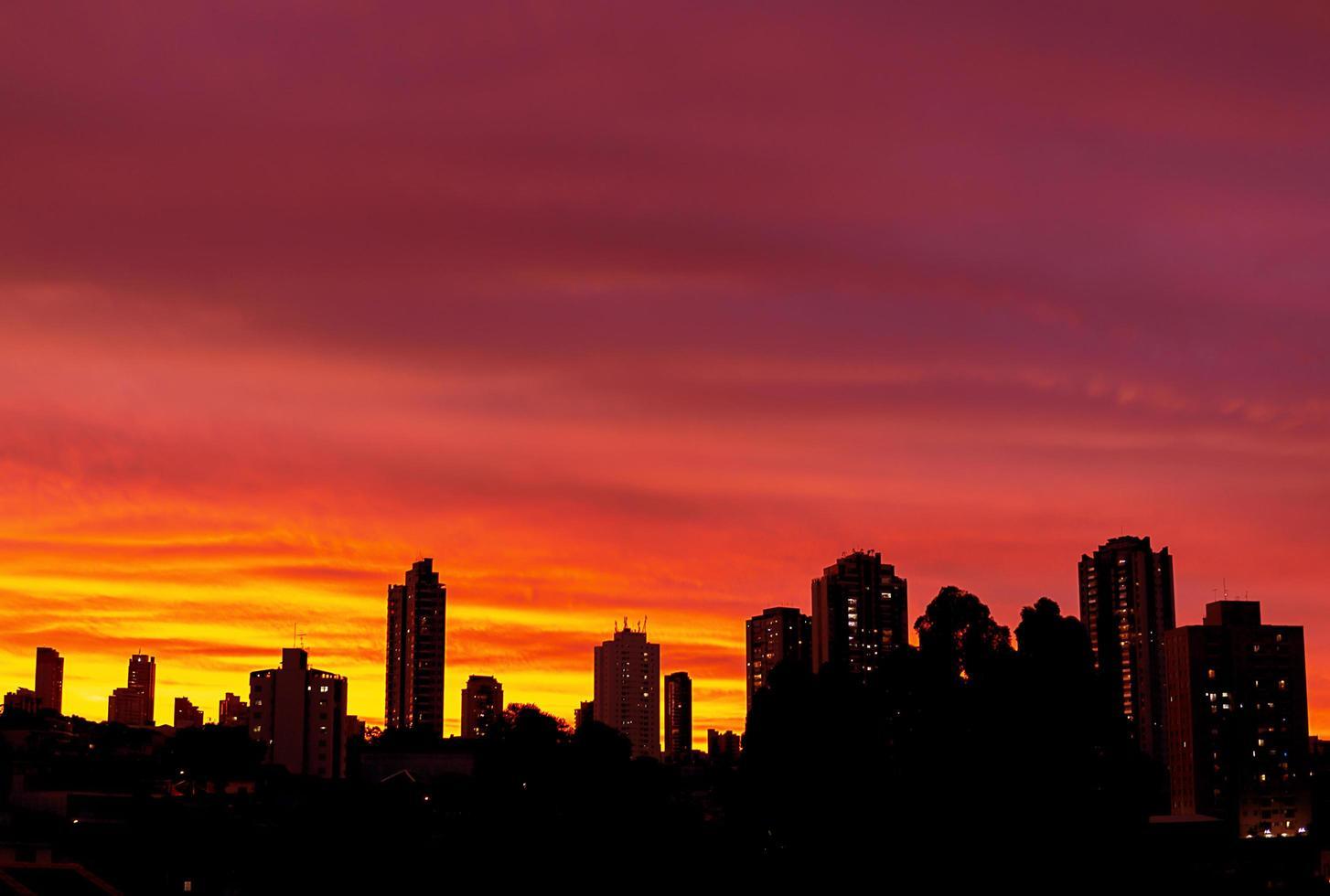 bâtiments de la ville au coucher du soleil photo