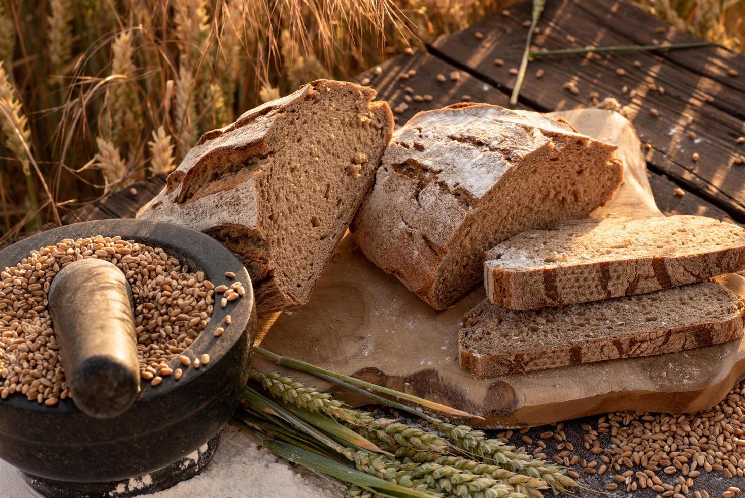 pain tranché sur table en bois photo