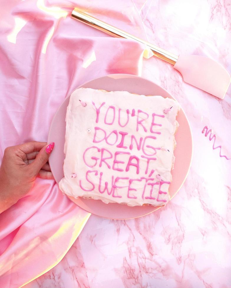gâteau rose une assiette photo
