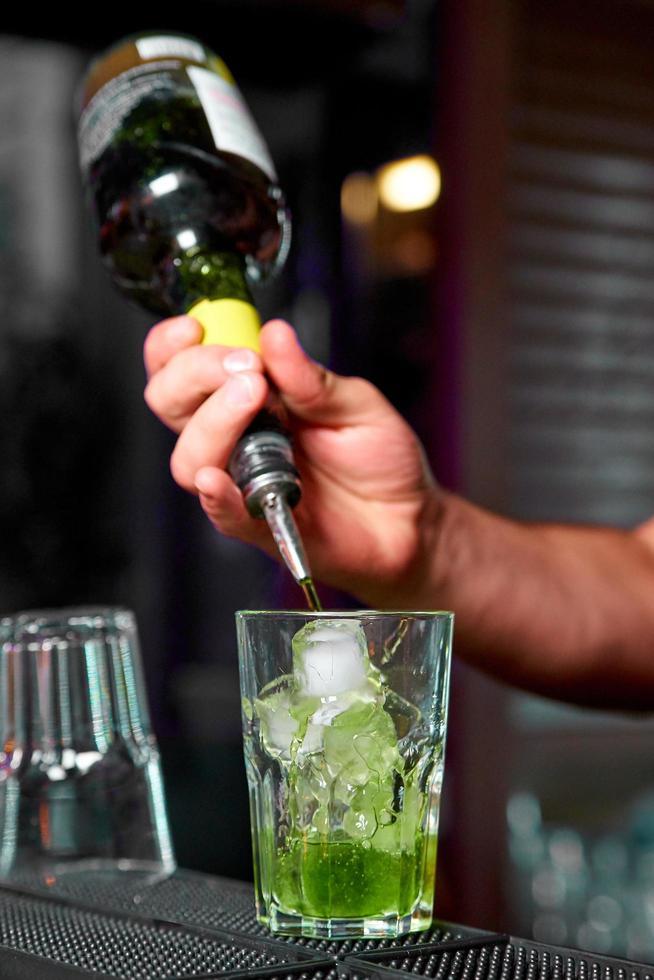 le barman prépare un cocktail photo