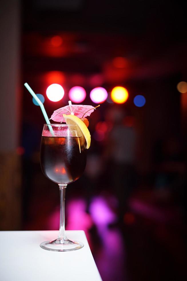cocktail sur fond sombre photo