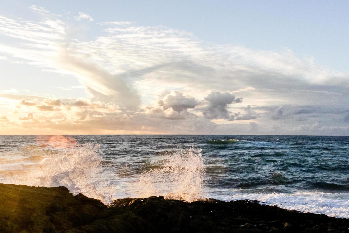 vagues déferlantes sur les rochers photo