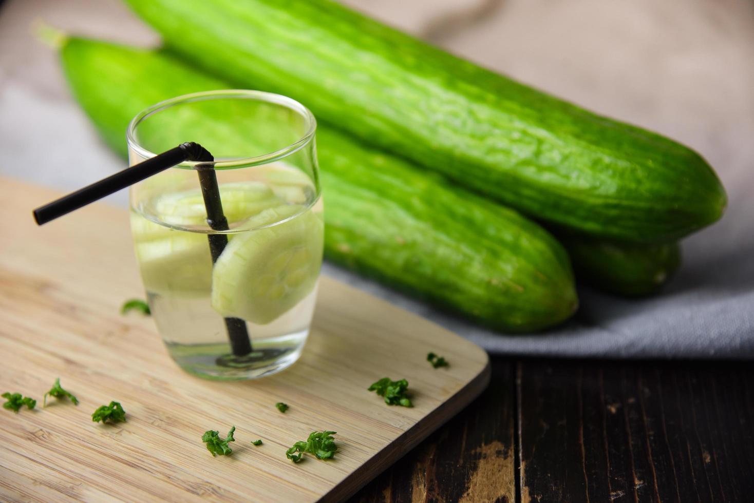 eau de concombre en verre avec des concombres photo