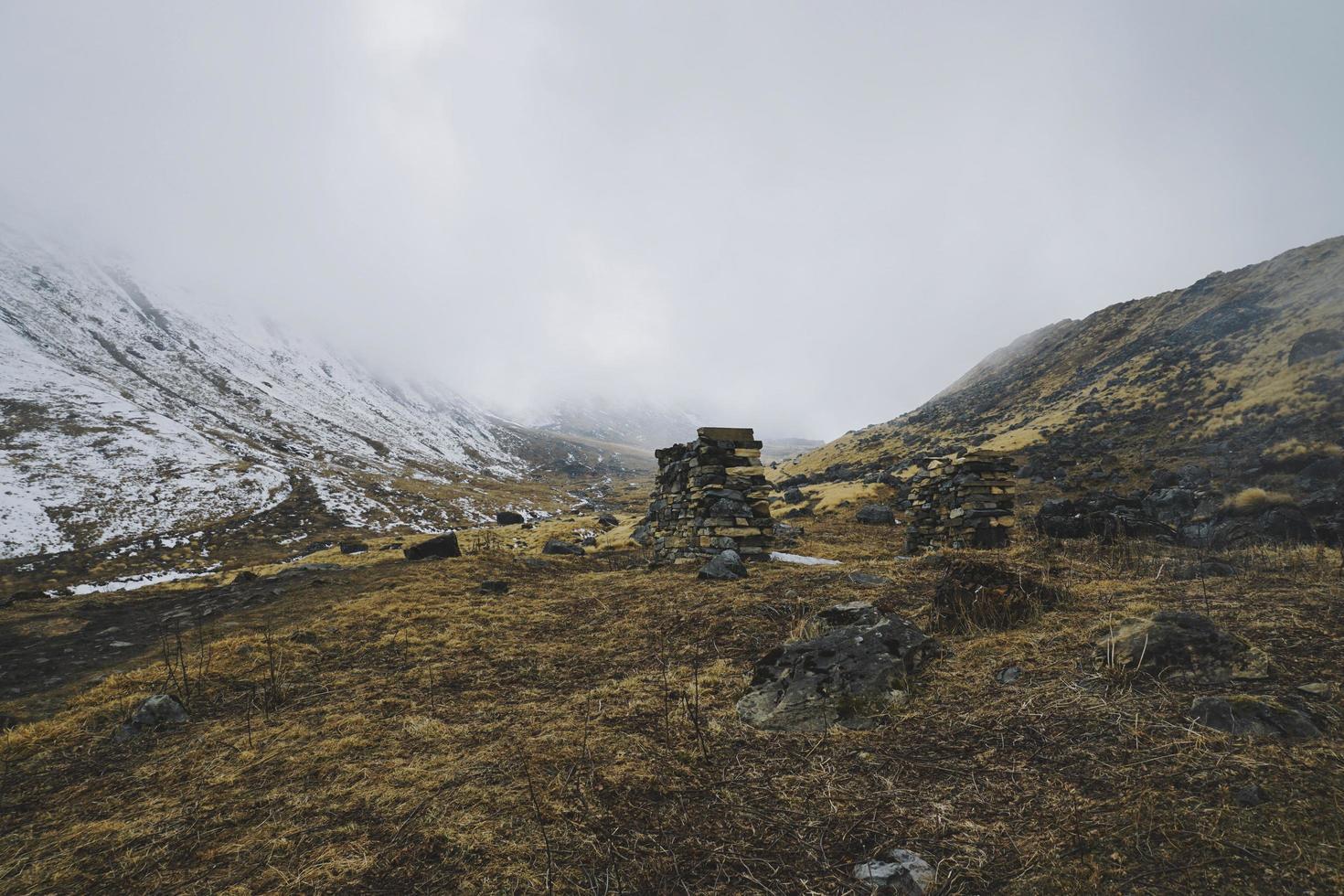 montagne enneigée avec nuages denses photo