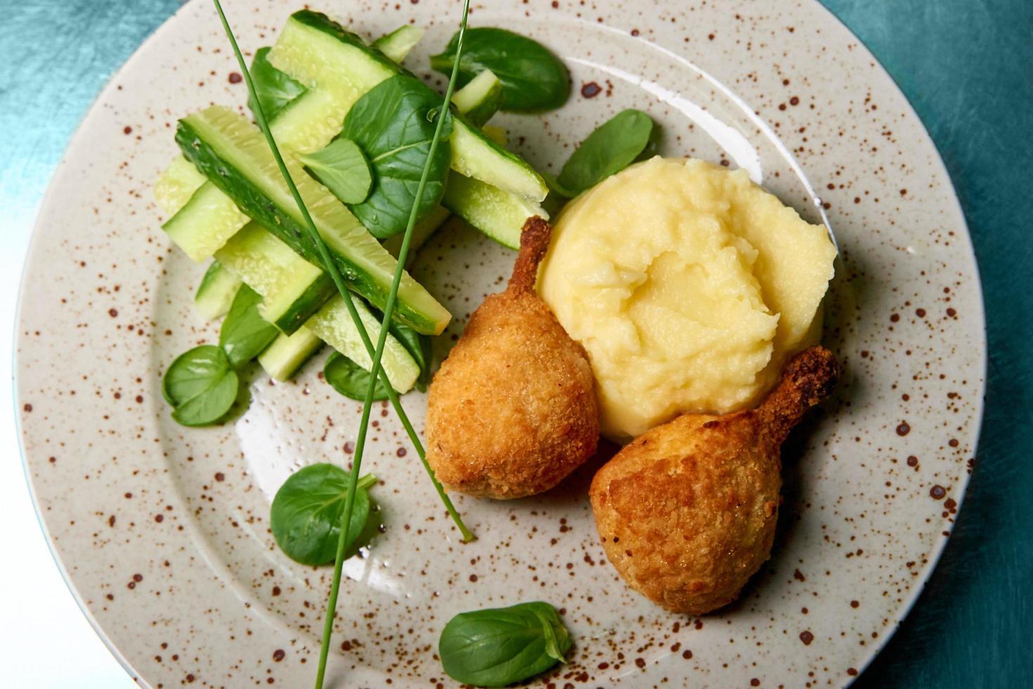 purée de pommes de terre au poulet croustillant photo