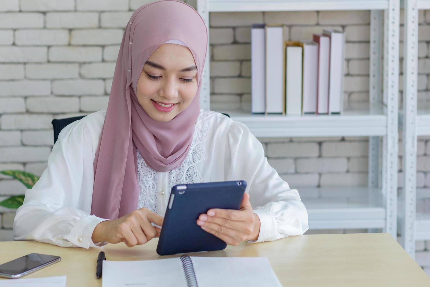 femme musulmane travaillant dans un bureau moderne photo