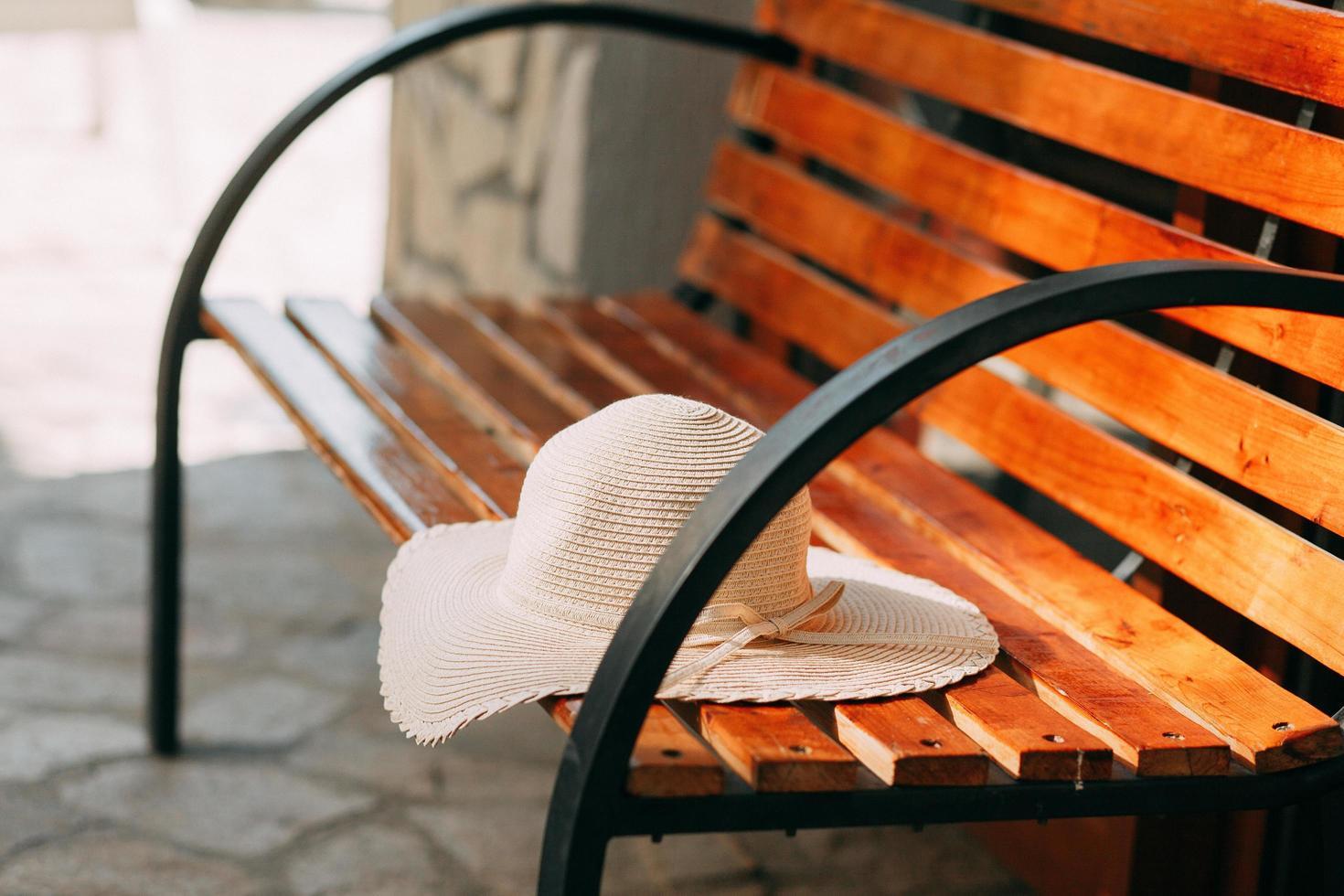 chapeau de soleil sur banc photo
