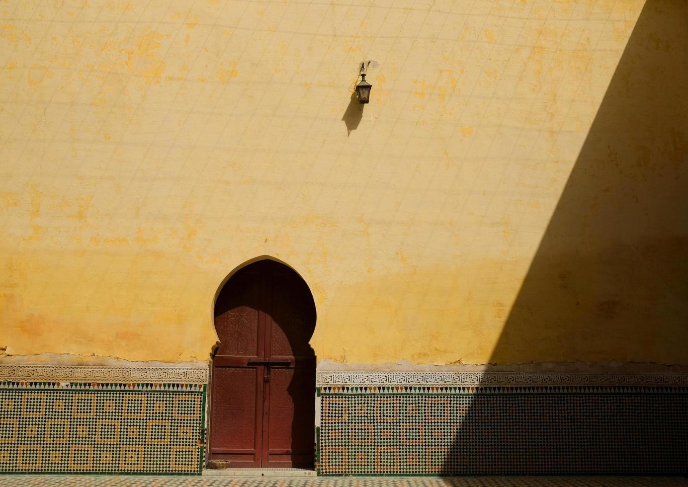 Vintage porte marocaine contre le mur jaune photo