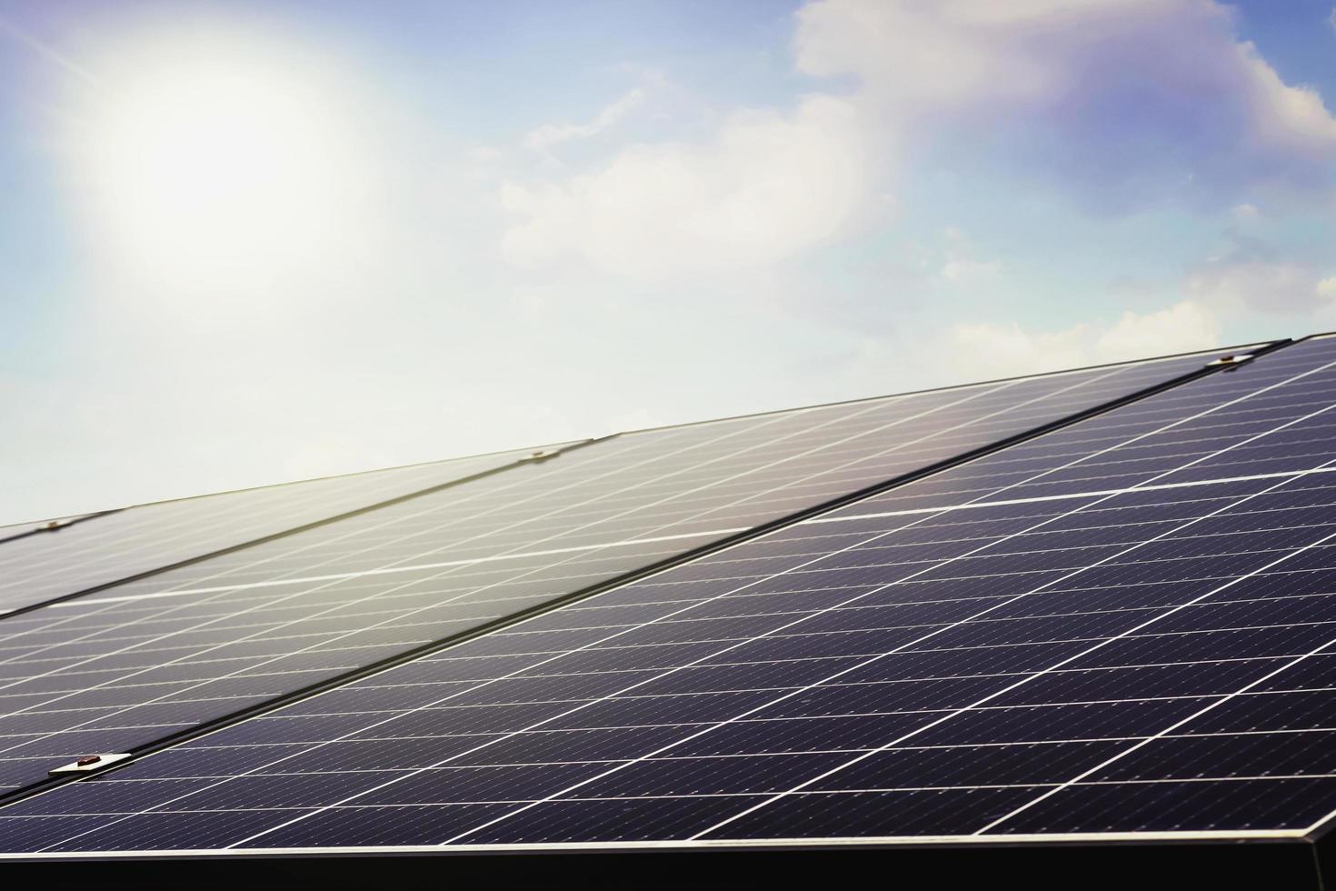 panneaux solaires photovoltaïques sous le ciel bleu photo