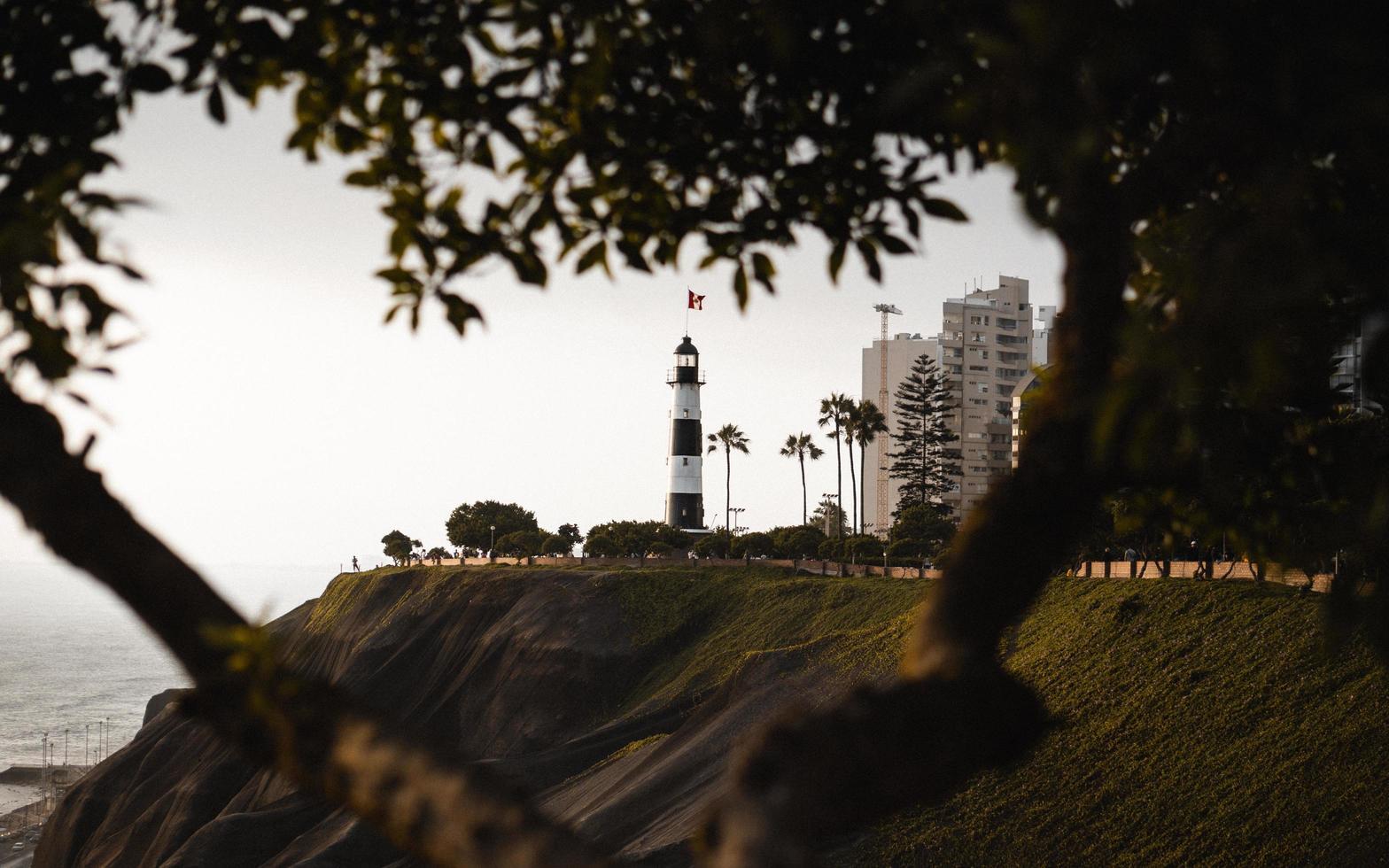 Tour du phare blanc au bord de la mer photo