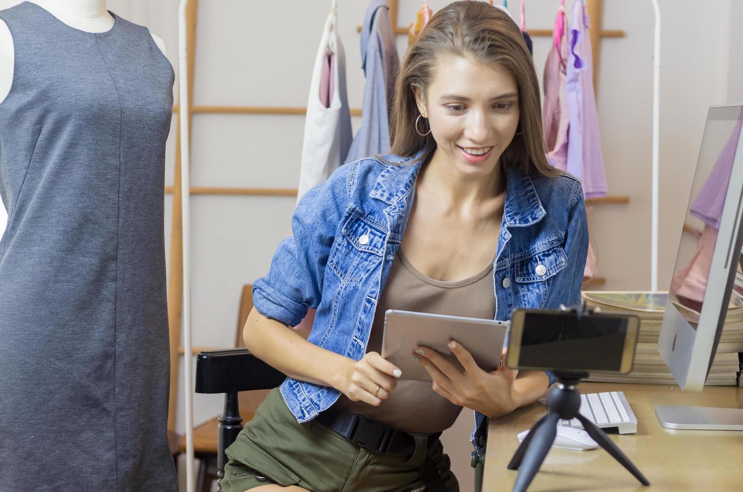 femme d'affaires vendant des produits en ligne photo