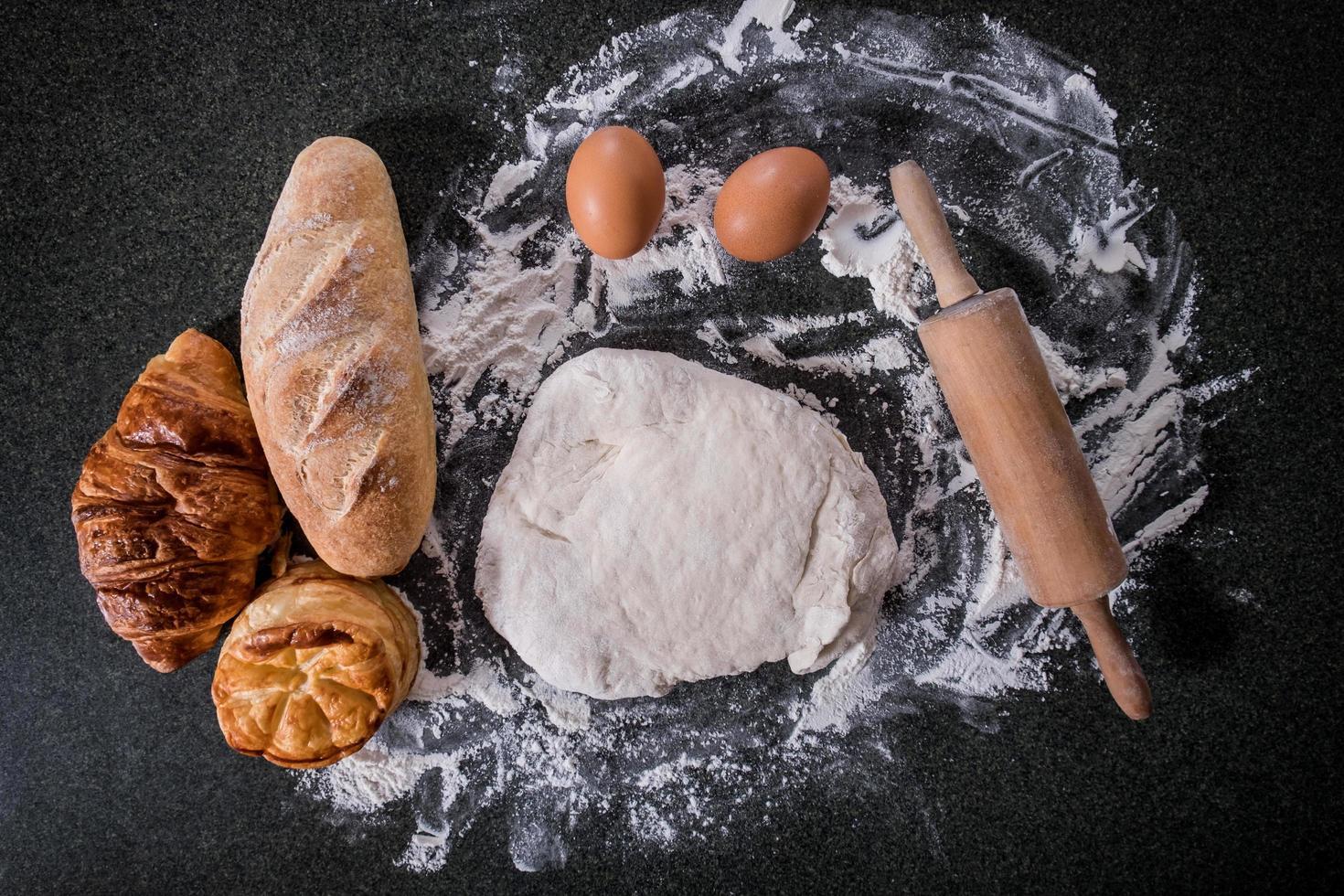pâte crue pour pain avec des ingrédients photo