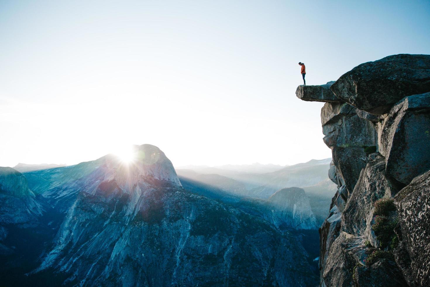 homme, debout, sur, falaise, à, glacier, point photo