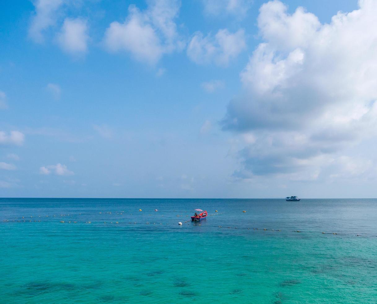 bateaux sur l'eau bleue pendant la journée photo