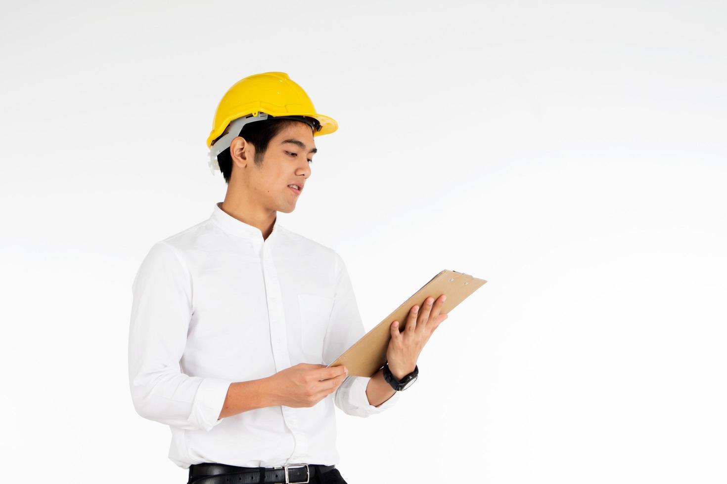 ingénieur, tenue, presse-papiers, devant, fond blanc photo