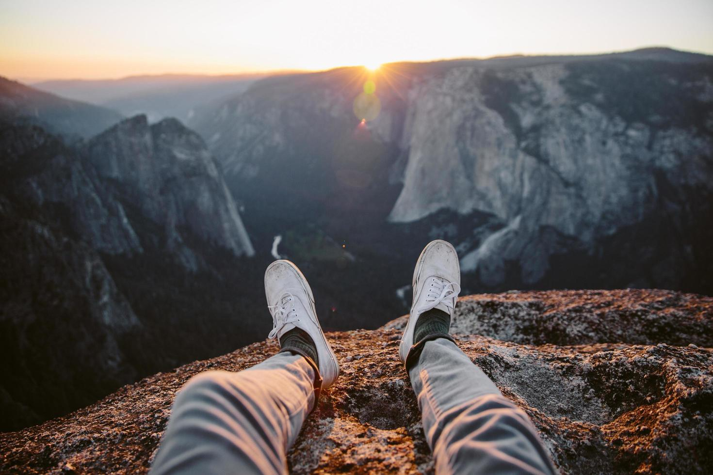 pieds surplombant la vallée de yosemite photo