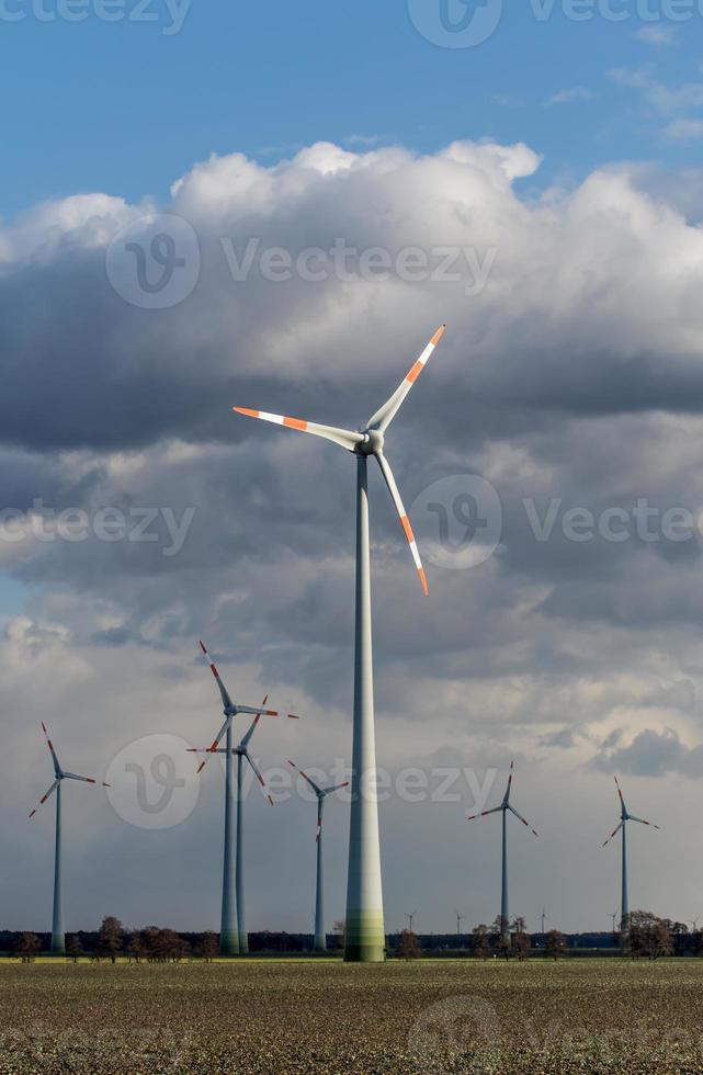 éoliennes par temps nuageux photo