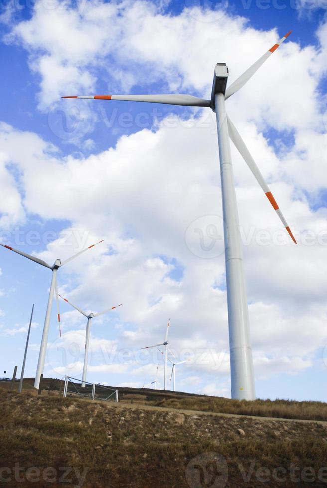 éoliennes avec fond de nuages blancs photo