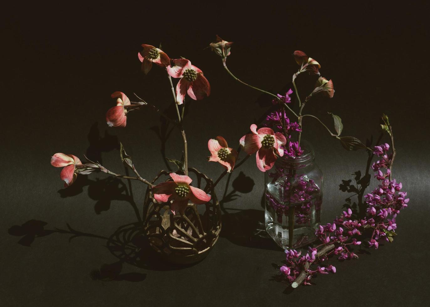 roses rouges et roses dans un vase en verre transparent photo
