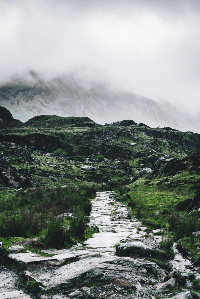 sentier rocheux menant à la montagne photo