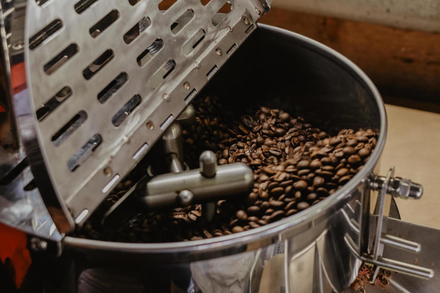 gros plan, de, grains café, dans, torréfacteur photo
