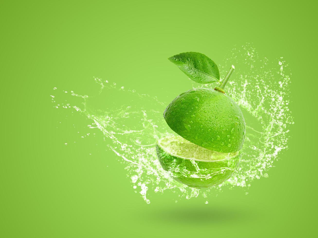 éclaboussures d'eau sur de la chaux verte fraîche photo