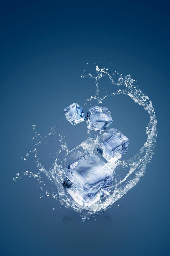 eau éclaboussant sur des glaçons photo