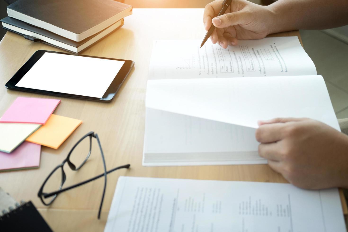gros plan, de, étudiant, mains, écriture, dans, livre photo