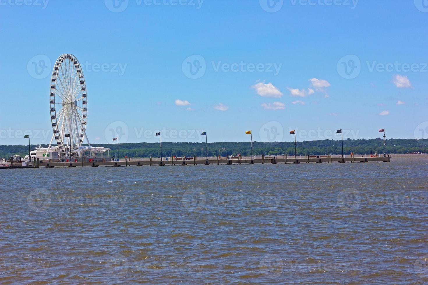 grande roue et une longue jetée dans le Maryland, USA. photo