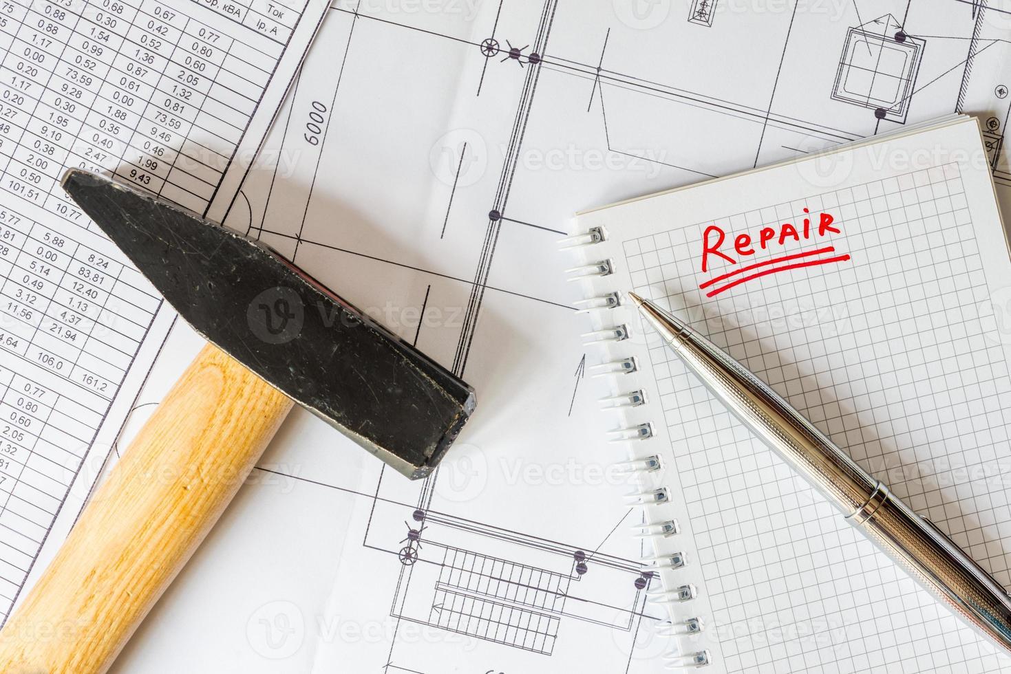 planification de la rénovation domiciliaire, un marteau sur la table photo