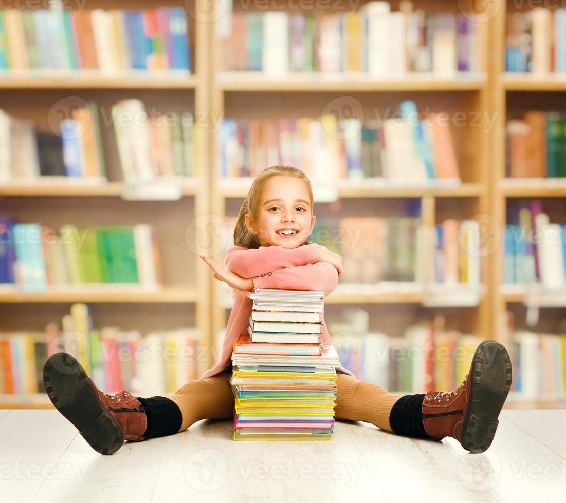 éducation des enfants de l'école, livres pour enfants, petite fille étudiante assise bibliothèque photo