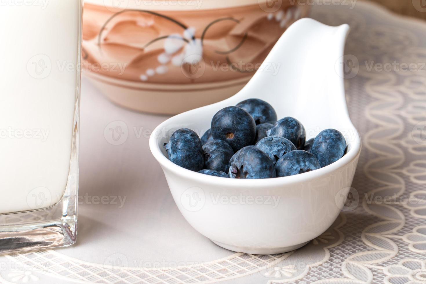 myrtilles et produits laitiers sur table en bois photo