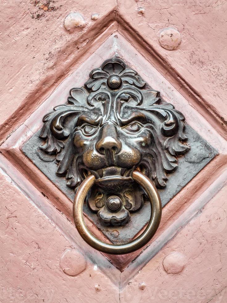 Poignée de porte lion vintage sur porte antique, arrière-plan photo