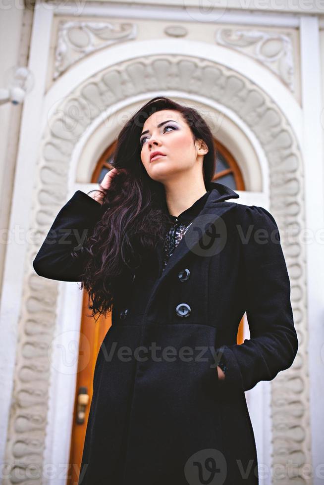 femme pensive près de la belle porte d'entrée photo