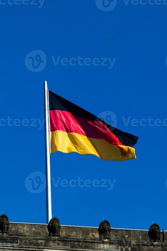 drapeau soyeux de l'Allemagne volant dans le vent. photo