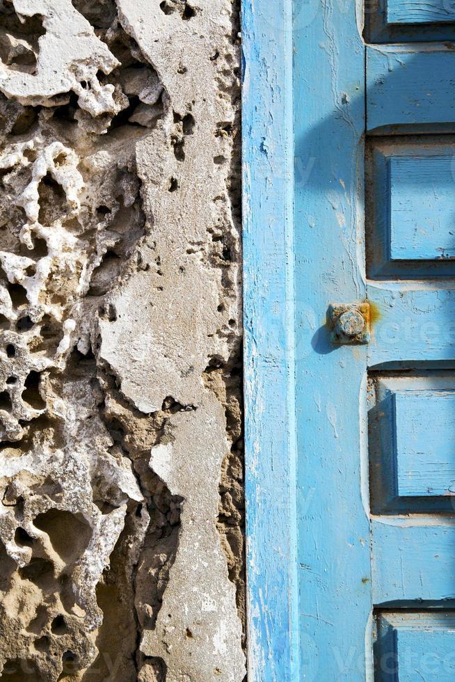 Mur de béton en Afrique la vieille maison de façade en bois photo