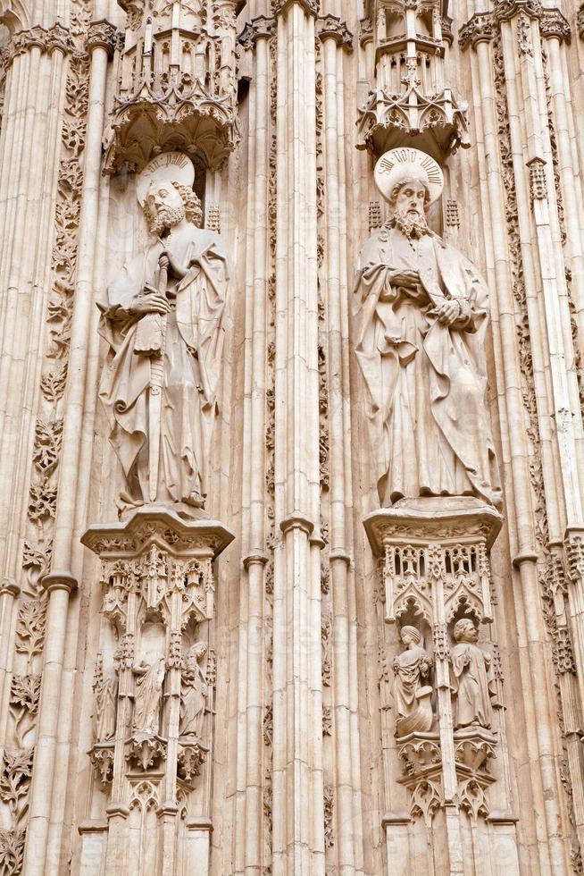 Tolède - l'apôtre Paul et Jacob sur la façade de la cathédrale photo