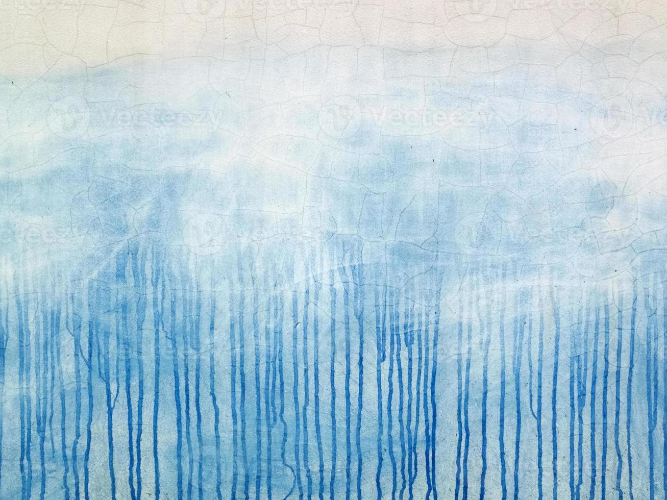 Peinture renversée bleue sur la façade blanche fissurée photo