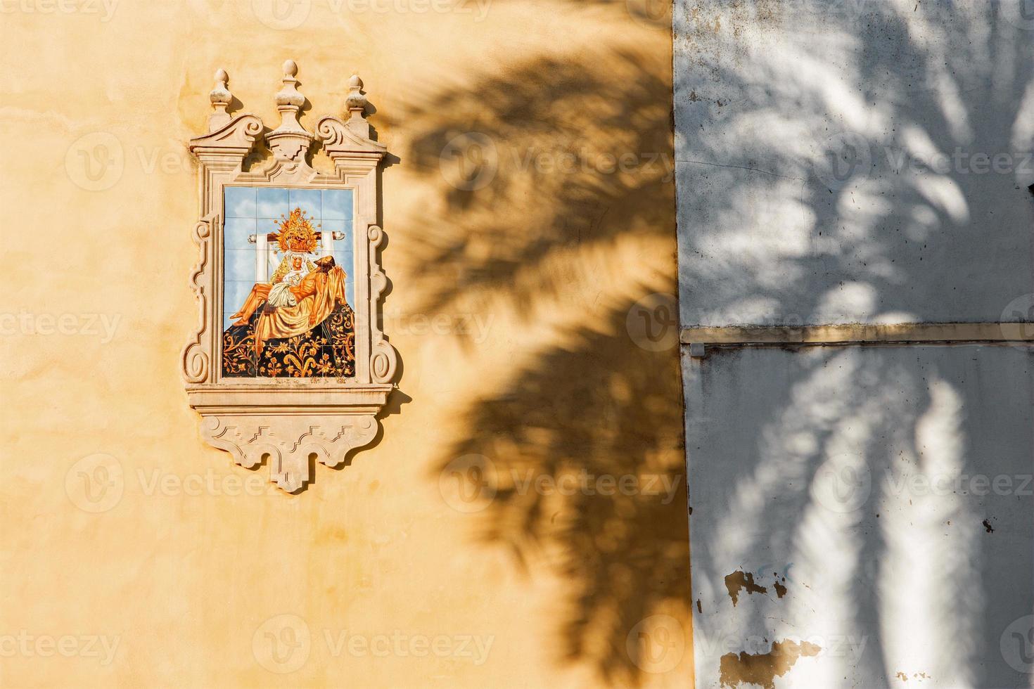 Cordoue - pieta en céramique sur la façade de l'église photo
