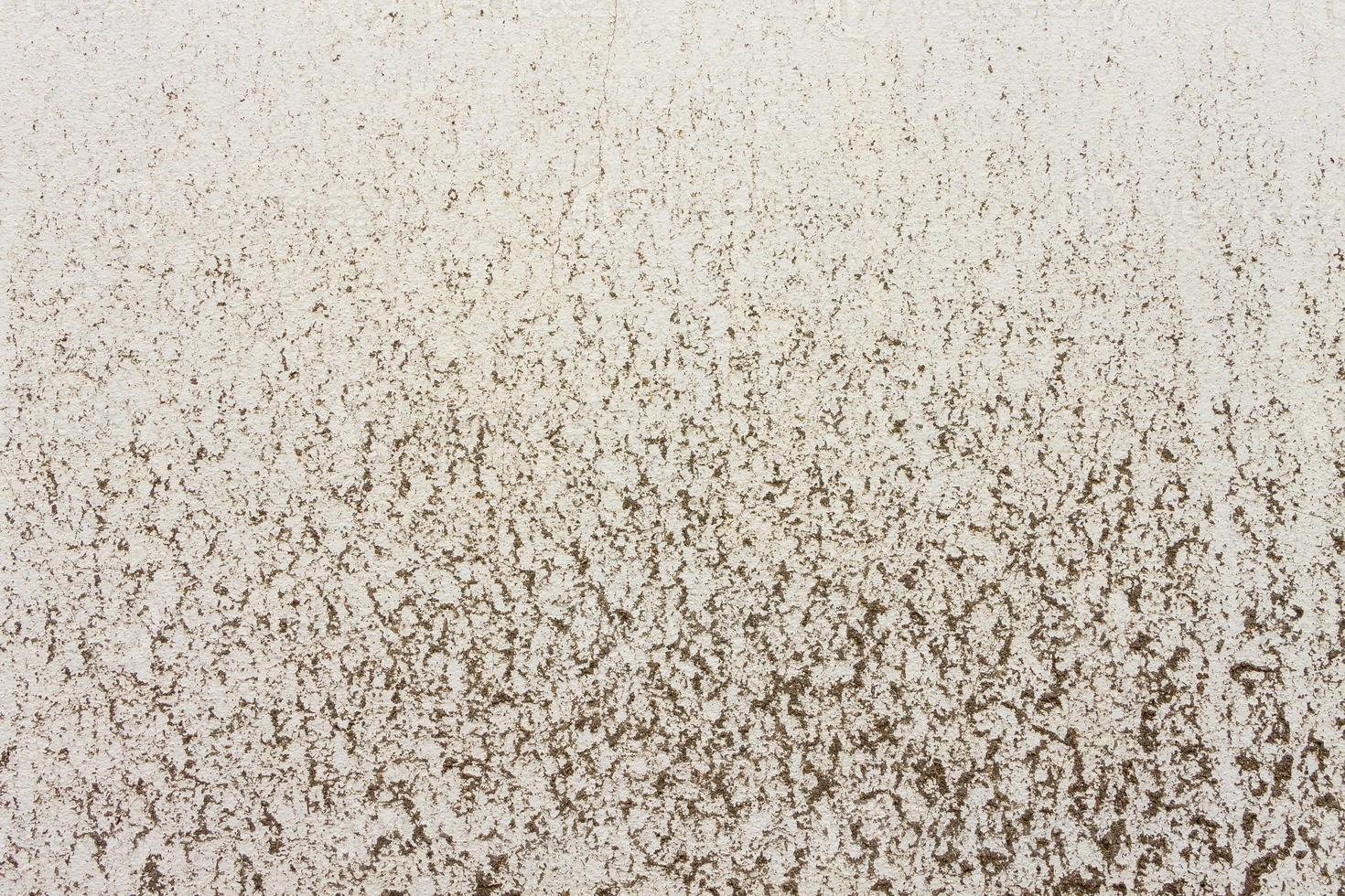taches d'argile sur fond de texture béton jaune photo