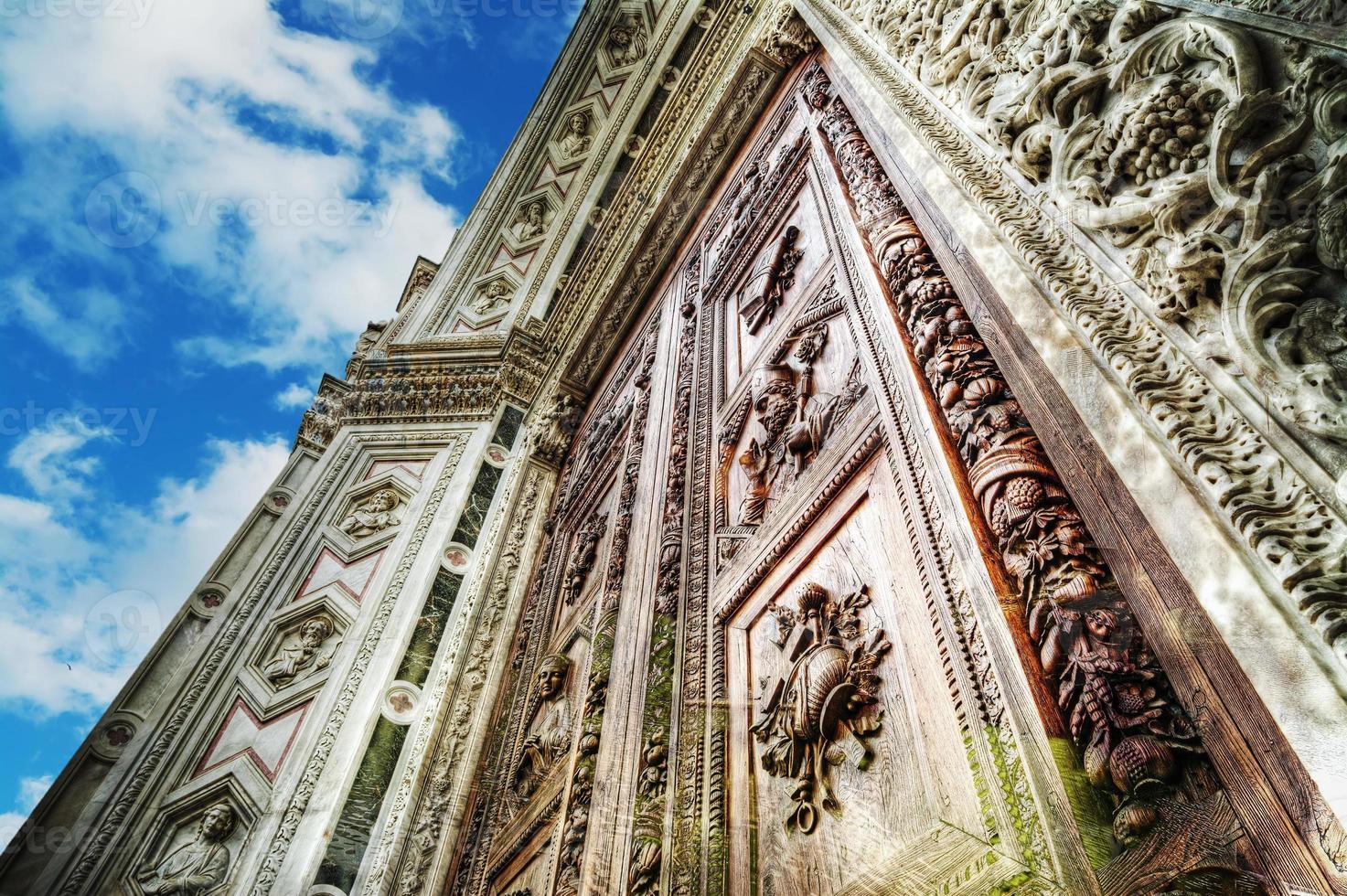 Cathédrale de Santa Croce sous un ciel bleu avec des nuages photo