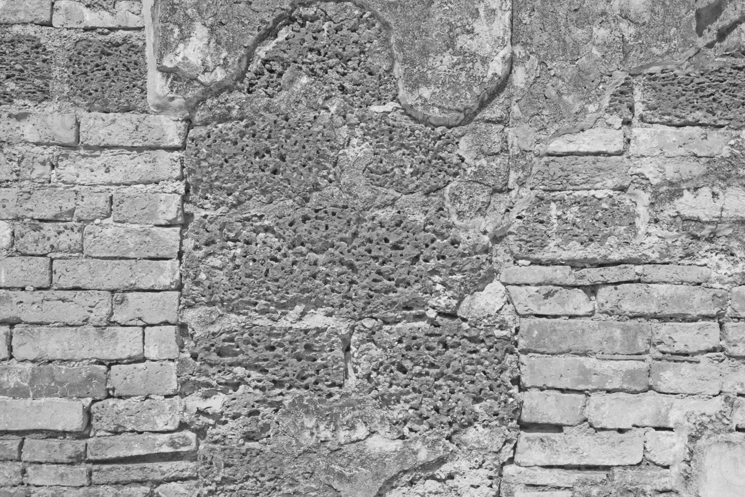 mur de briques blanches et pierre de latérite photo