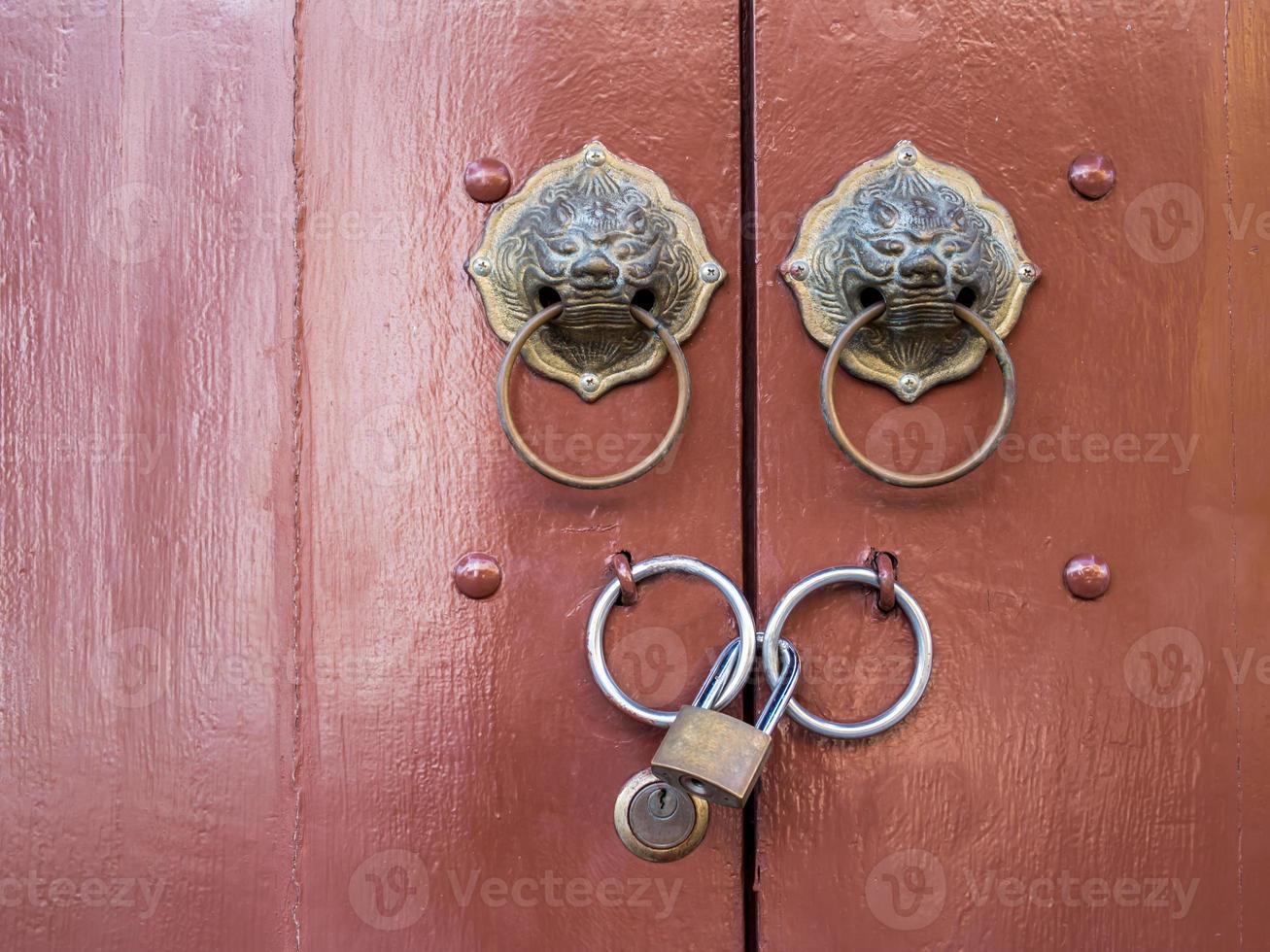 Anciennes mains rondes traditionnelles chinoises avec cadenas photo