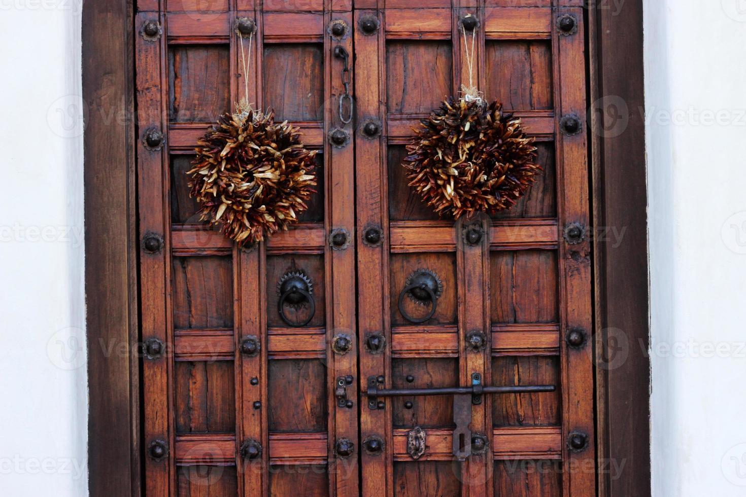 ristra - poivrons séchés sur les portes d'entrée photo