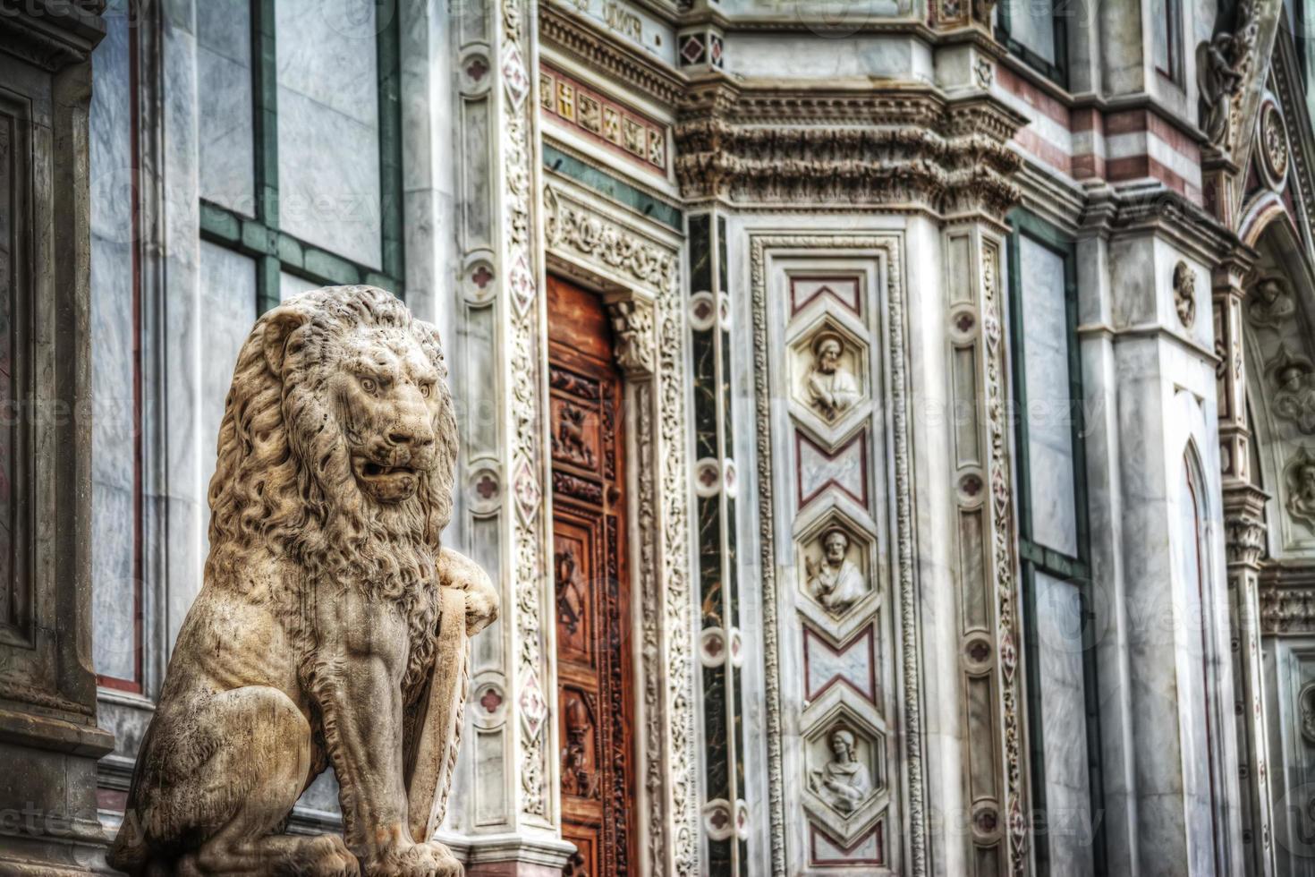 Sculpture d'un lion sur la place Santa Croce à Florence photo