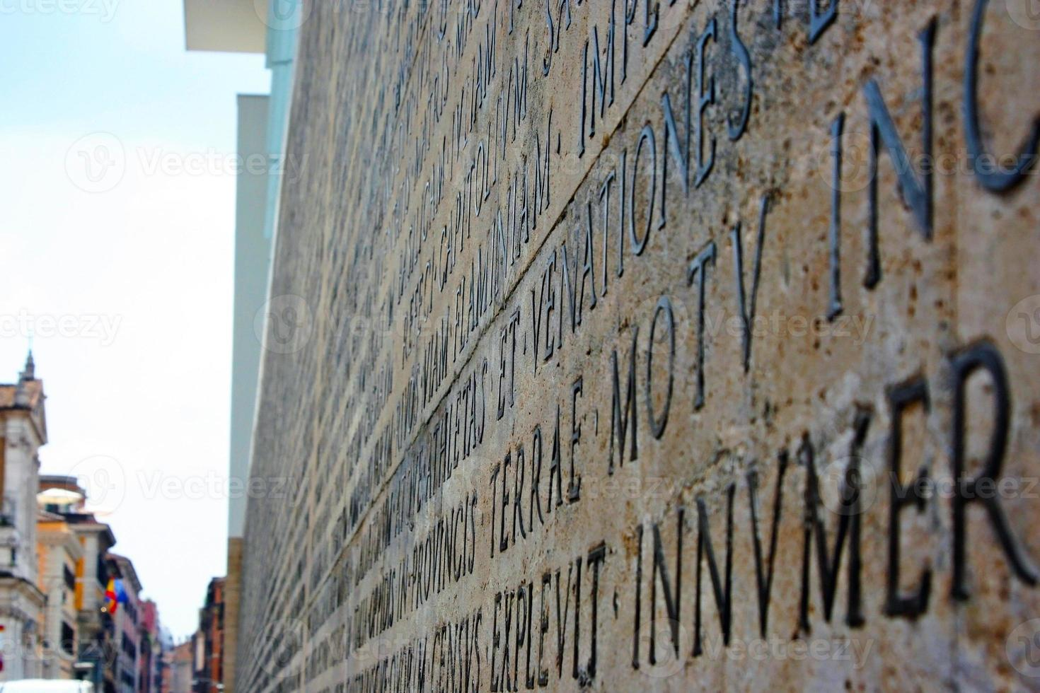 inscription latine en ara pacis di augusto photo