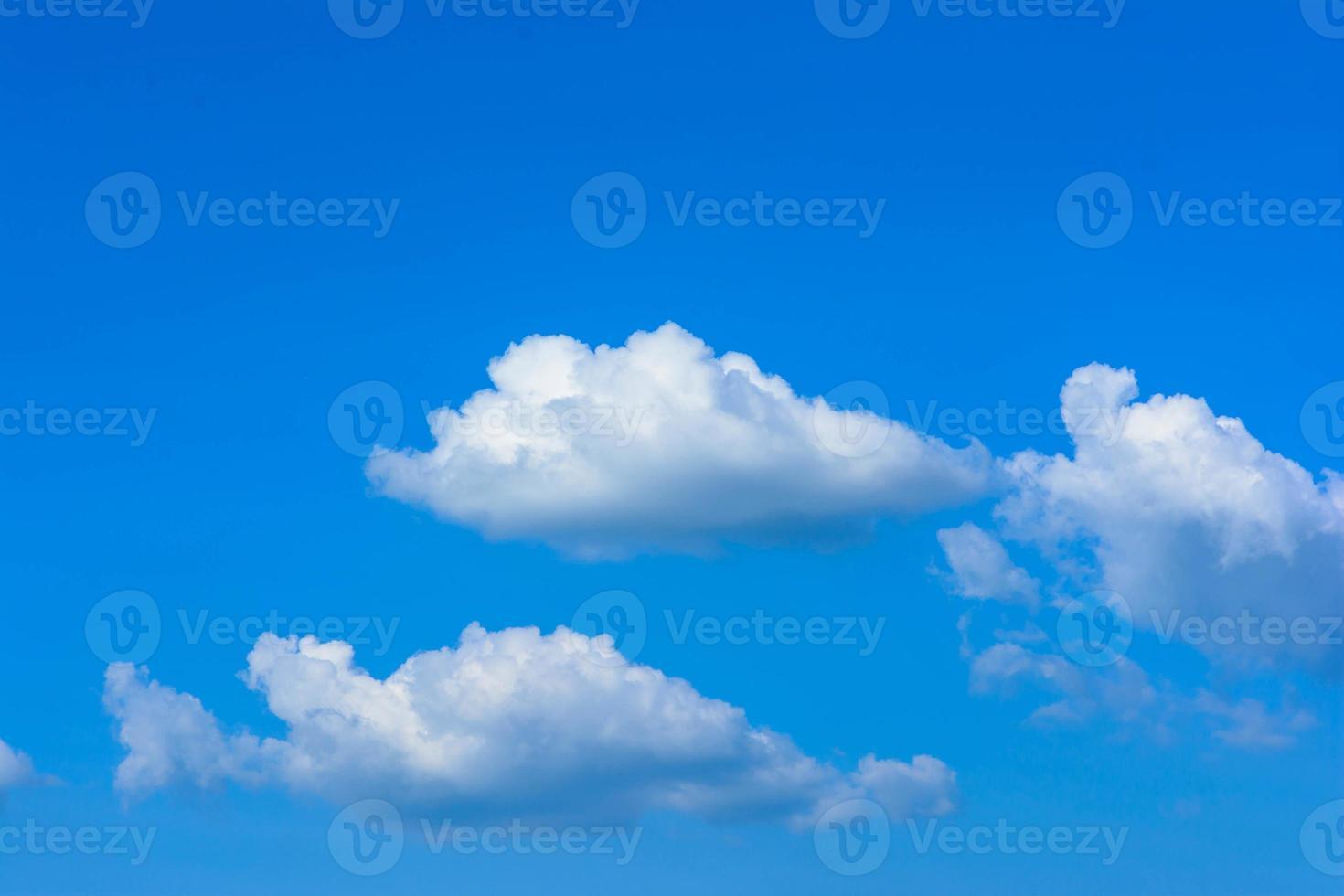 ciel bleu avec des nuages photo